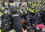 성주사드기지 공사둘러싸고 주민들과 경찰 또 충돌